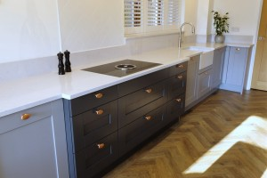 Doors from the Oxford collection in grey and copper handles with Silestone Lagoon worktops