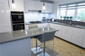 Handle less Polar white kitchen with Gris expo surfaces / flooring Sand limed oak Herrinbone style